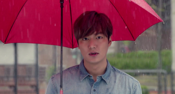 lee-min-ho-seeks-shelter-from-the-rain-with-emily-chan-in-their-commercial-for-11street