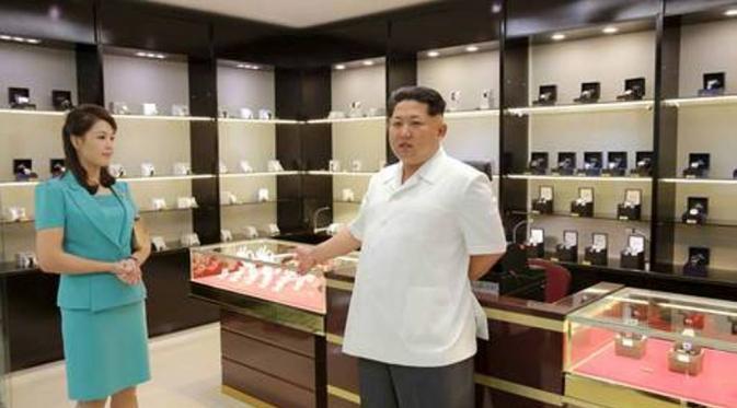 068431100_1435633159-20150630-KimJongUnTinjauAirport-Pyongyang-KimJongun