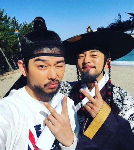 yoon-kyun-sang-yoo-ah-in