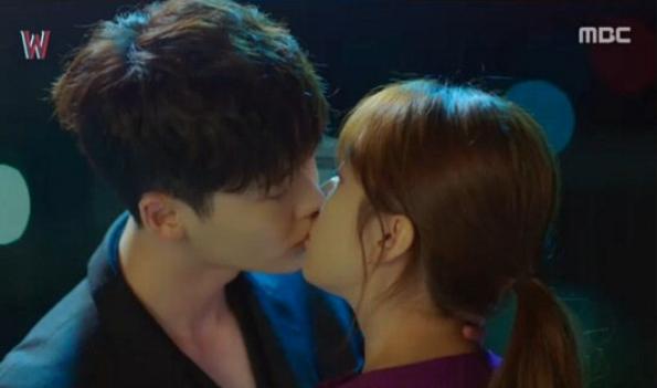 Lee-Jong-Suk-Han-Hyo-Joo-kiss